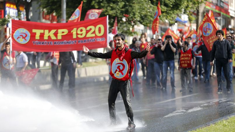 <strong>TURQUIE -</strong> Des heurts ont émaillés les célébration du 1er mai à Istanbul. Les autorités avaient interdit tout rassemblement à cause de gigantesques travaux en cours sur l'emblématique place de Taksim. La centrale syndicale des ouvriers Disk (gauche) a toutefois décidé de passer outre ce qui a conduit à de violents affrontements. «Mort au fascisme», «longue vie au 1er mai», ont scandé les manifestants.Des députés du principal parti d'opposition (CHP, social-démocrate) qui étaient sur les lieux ont dû se protéger dans des immeubles avoisinants. «C'est une répression inacceptable contre les travailleurs», a déclaré aux journalistes le vice-président de cette formation, Gürsel Tekin.