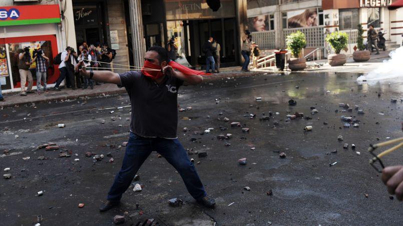 <strong>TURQUIE - </strong> Une dizaine de manifestants, dont la plupart on subi des malaises cardiaques en raison du gaz lacrymogène utilisé en abondance par la police anti-émeutes, ont été hospitalisés. Le gouvernorat d'Istanbul a annoncé en outre que deux policiers ont été blessés par des jets de pierre et que 20 manifestants ont été interpellés par la police.La Fête du travail a été célébrée sans incidents dans au moins deux autres places de la mégapole turque et dans d'autres villes de Turquie, selon les chaînes de télévision locales.