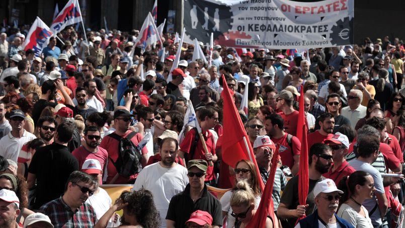 <strong>GRECE -</strong> Quelque 13.000 personnes, selon la police, ont manifesté dans la capitale grecque et à Thessalonique, la deuxième ville de Grèce. Les ferries sont restés à quai pour ce 1er mai, les liaisons avec les îles ayant été coupées en raison d'un arrêt de travail décidé par les syndicats de marins, traditionnellement en grève le jour de la Fête du Travail.