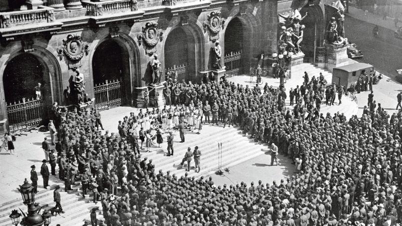 Musique et choeur allemands sur les marches de l'Opéra Garnier, à Paris, en juillet 1940.