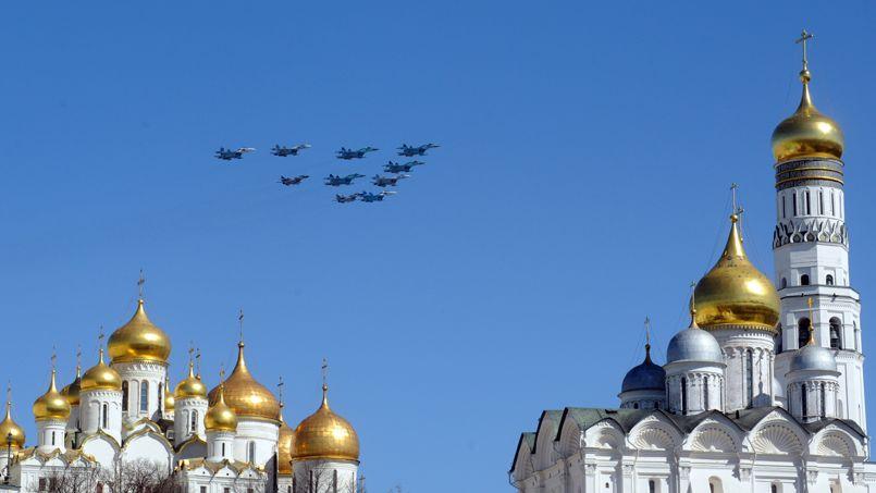 <strong>En pointe.</strong> En formation, ces avions de chasse qui passent au-dessus des bulbes dorés du Kremlin, à Moscou, ont attiré tous les regards. Ils effectuaient un vol de repérage avant le début des cérémonies qui commémorent chaque année la victoire de la Russie sur l'Allemagne Nazie le 9 mai 1945.
