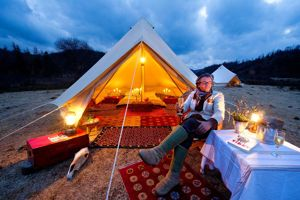 Constantin de Slizewicz installe ces tentes de luxe dans les alpages.