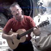 Un astronaute Hadfield chante depuis l'espace