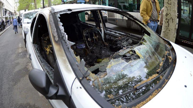 Près de 50 véhicules ont été dégradés pour une facture prévisible de 150.000euros, trois voitures brûlées, pour 30.000euros de plus.