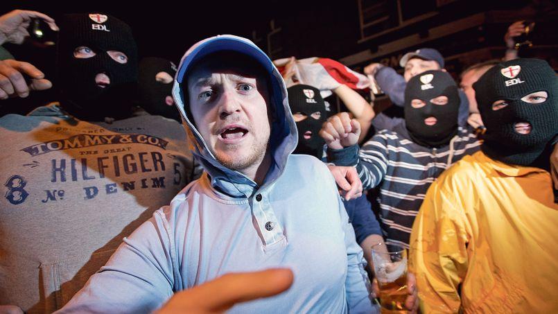 Mercredi soir, Tommy Robinson, le fondateur de l'English Defence League et ses supporteurs, se sont rassemblés devant un pub de Woolwich à proximité du lieu du crime avant d'aller manifester dans le centre.