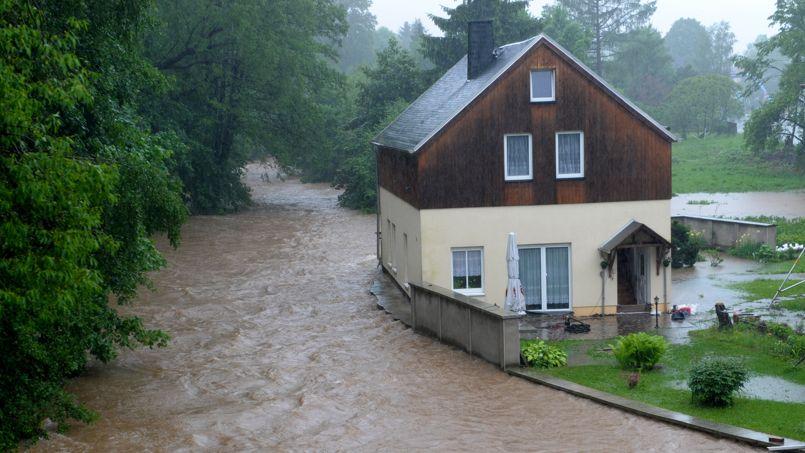 Submergée. Les pluies diluviennes tombées sur le Sud et l'Est de l'Allemagne ont fait déborder la rivière Wuerschnitz près de Chemnitz. Les intempéries en Europe ont déjà fait 4 morts, 8 disparus et des centaines de déplacés.