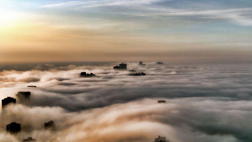 Dans la ouate. Pour réaliser cette image onirique, le photographe John Harrison est monté jusqu'au 69e étage du John Hancock Center, un gratte-ciel historique de Chicago, dessiné par l'architecte Bruce Graham. Construit en 1969, cet immeuble de 98 étages culmine à 344 mètres de haut.