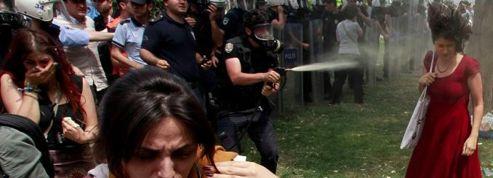 La «femme en rouge» devient le symbole de la révolte en Turquie