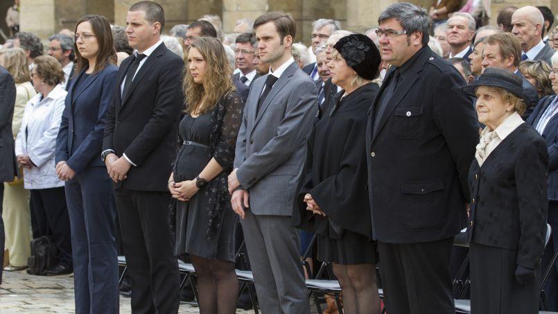 Gilberte Mauroy (à droite), la veuve de l'ancien premier ministre, est entourée de sa famille. À côté d'elle, son fils.