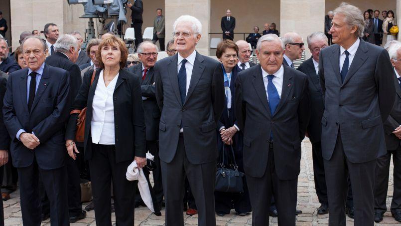 De nombreuses personnalités, de gauche comme de droite, étaient aux Invalides mardi. Ici les anciens premiers ministres Michel Rocard, Édith Cresson, Lionel Jospin, Jean-Pierre Raffarin et Dominique de Villepin. Parmi ces anciens premiers ministres manquaient à l'appel Alain Juppé, Édouard Balladur et François Fillon.