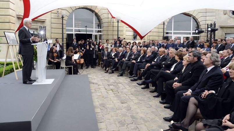 Dans la cour Pierre Bérégovoy, au siège du PS, rue de Solférino, quelque 200 invités se sont rassemblés, peu après l'hommage national rendu par François Hollande aux Invalides. Ici, Lionel Jospin a notamment salué la période «cruciale» que fut la décennie 1971-1981, lors de laquelle Pierre Mauroy fut «le second indispensable» de François Mitterrand.