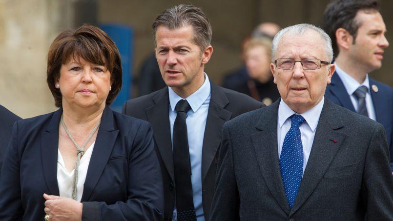 Martine Aubry arrive dans la cour des Invalides en compagnie de son père Jacques Delors, ancien président de la Commission européenne et ministre des Finances de Pierre Mauroy.