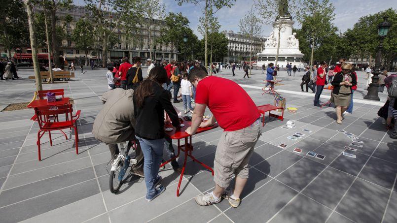 Des chaises et des tables ont été installées sur la partie Est de la place pour que les familles puissent jouer aux cartes ou aux jeux de société empruntés à la ludothèque.