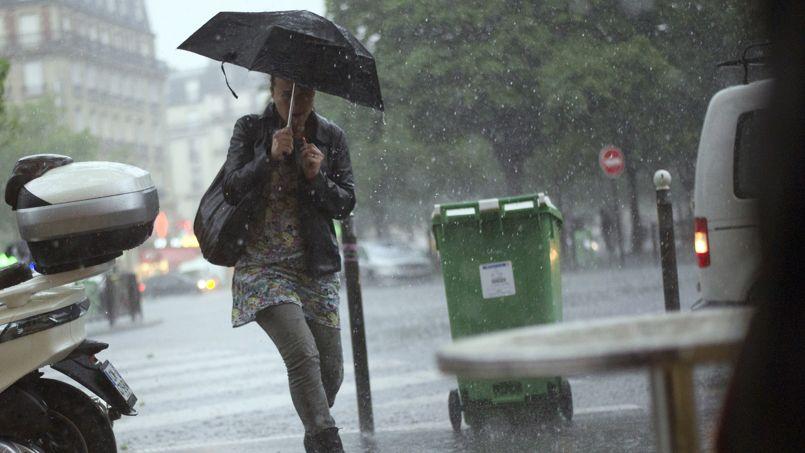 Sous l'orage lundi, Paris a été plongé dans une nuit quasiment noire… à 11 heures du matin.