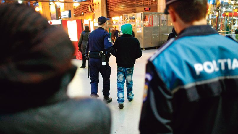 Une patrouille composée de policiers français et roumains procède à l'interpellation d'un mineur à la Gare du Nord en décembre 2011.