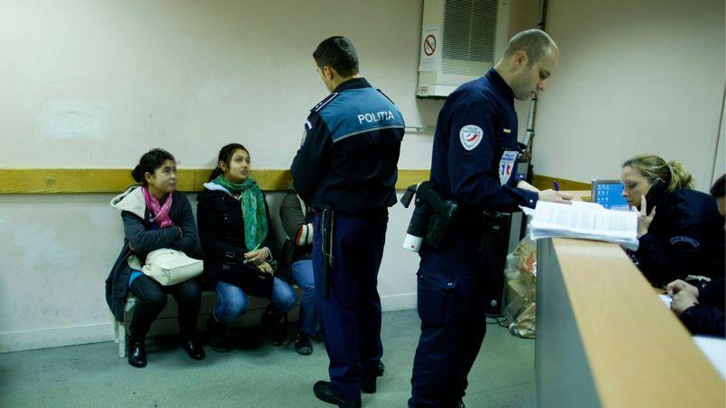 En décembre 2011, dans un commissariat parisien, de jeunes pickpokets roumaines sont interrogées par un policier roumain.