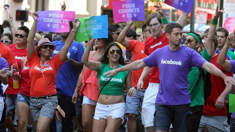 Des employés de Facebook défilent lors de la marche des fiertés de San Francisco. (crédits photo: Flickr/CC/Quinn Dombrowski)