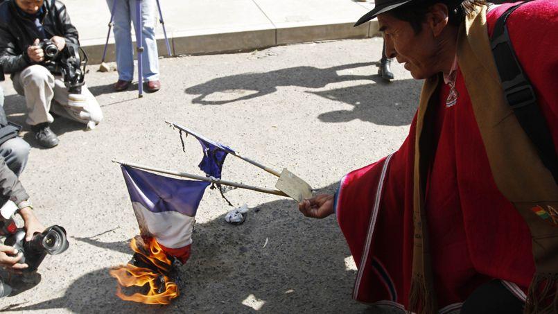 Des drapeaux français brûlés en Bolivie.