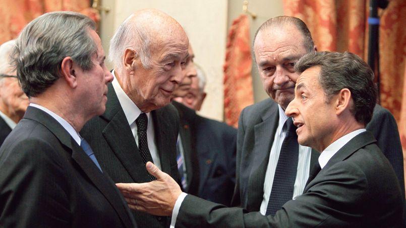 Nicolas Sarkozy, le 1er mars 2010, au Conseil constitutionnel, à Paris, avec Jean-Louis Debré, Jacques Chirac et Valery Giscard d'Estaing.