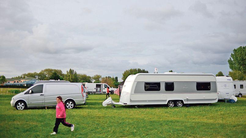 Des gens du voyage en mai 2013, sur le stade de football de la commune de Roullet-Saint-Estèphe, près d'Angoulême.
