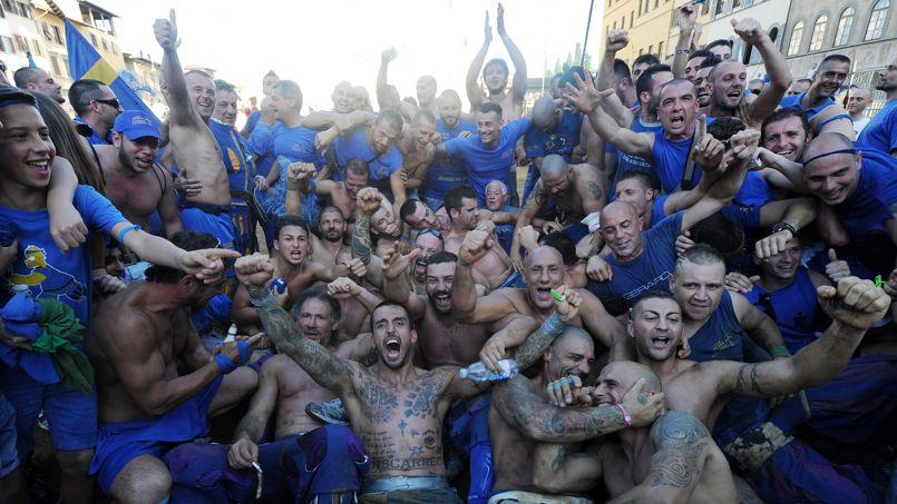 Vainqueurs 2 - 0 surles Bianchi di Santo Spirito, l'ennemi hériditaire, les Azzurri Di Santa Croce laissent éclater leur joie au milieu de leur supporters.