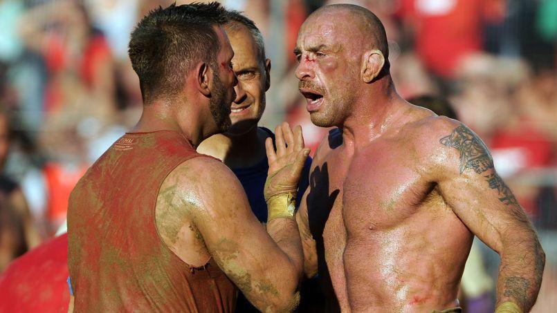 Codifiées depuis 1580 les règles du Calcio sont loin d'être improvisées et l'arbitrage très strict.