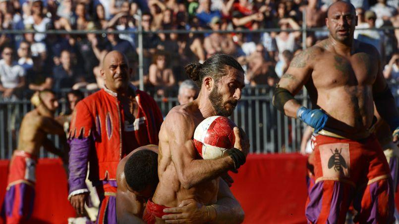 Deux équipes de 27 joueurs s'affrontent pour tenter de mettre le ballon rond dans les filets adverses.