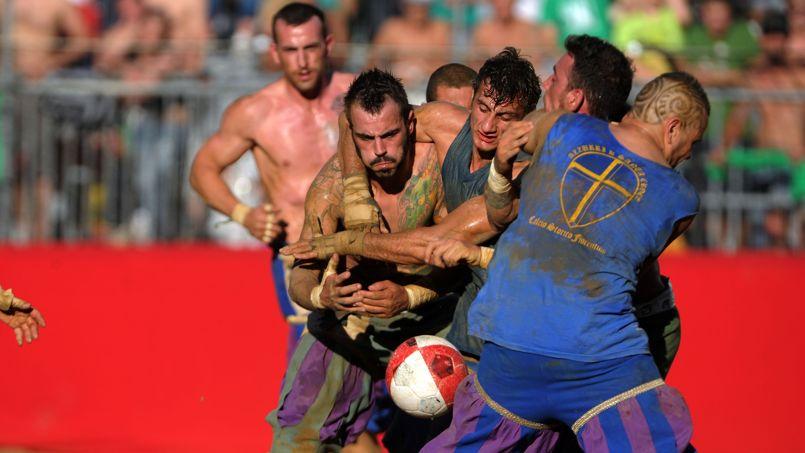 Mélange de rugby, de football et de lutte, les 27 joueurs de chaque équipe s'affrontent durant 50 minutes d'un combat acharné.