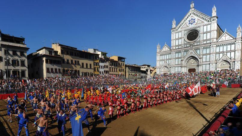 En rang devant la tribune officielle, tous les participants qu'ils soient joueurs, nobles, chevaliers, halebardiers... s'inclinent en l'honneur de Florence.