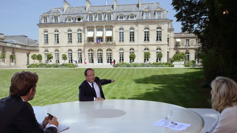 François Hollande, dans les jardins de l'Élysée dimanche, face à Laurent Delahousse et à Claire Chazal. Le président de la République est revenu sur une de ses promesses de campagne en «convoquant» les journalistes au Palais.