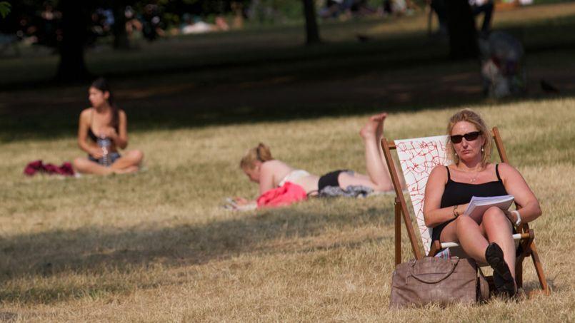 Bain de soleil pour cette femme installée dans St James Park, au centre de Londres.