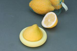 Un demi-citron recouvert par son câlineur.  Crédits photo: Food Huggers.