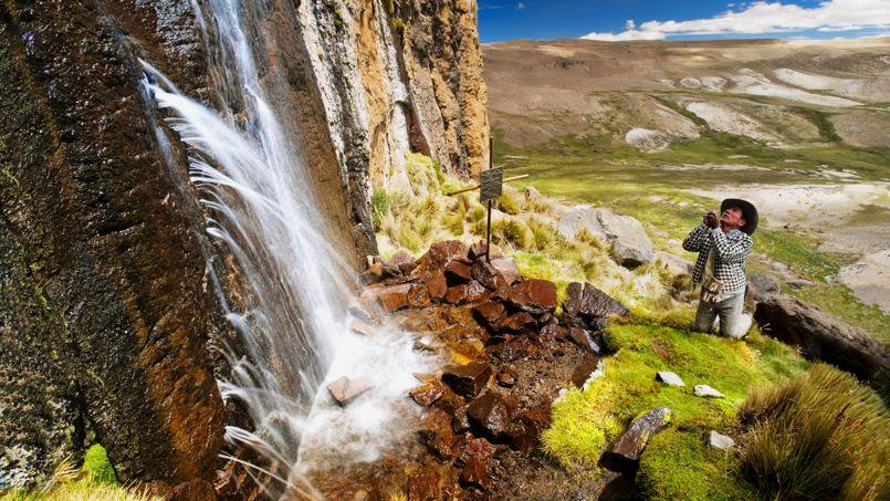 Au pied du mont Mismi se dresse une imposante paroi rocheuse dont les fissures libèrent les premières eaux de l'Amazone.