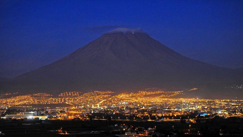 Les lumières de la ville d'Arequipa scintillent au pied de l'imposant volcan Mismi.