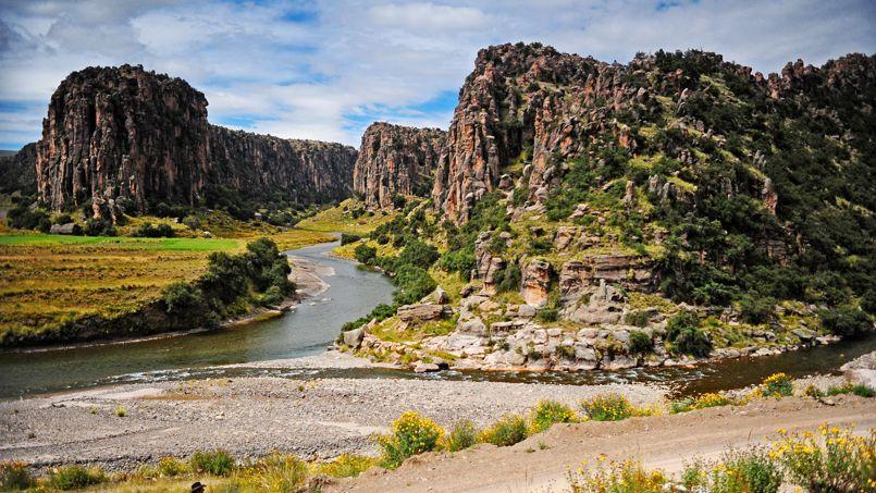 La rivière Apurimac, baptisée la rivière des dieux, creuse le site des trois canyons pour former le fleuve Amazone.