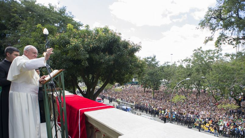 Le pape François a ensuite déjeuné à l'archevêché avec les cardinaux et évêques du Brésil, d'où il a salué la foule et récité la prière de l'Angélus, avant de cheminer vers la plage de Copacabana pour y rejoindre les jeunes.