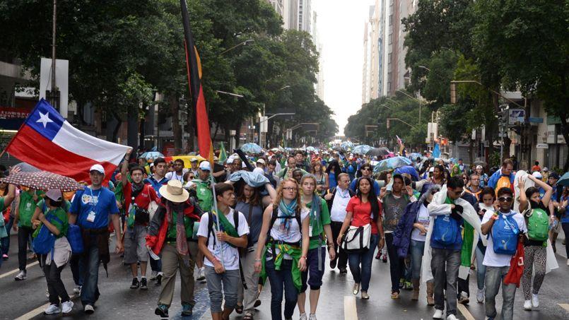 Des centaines de milliers de jeunes du monde entier ont entamé samedi sous la pluie leur pèlerinage de la gare centrale de Rio à la plage de Copacabana pour rejoindre le pape François dans une veillée de prière, point culminant de ces JMJ.
