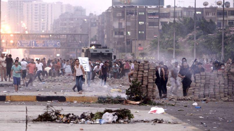 Les forces de sécurité ont tiré des grenades lacrymogènes sur les protestataires vers 3 heures du matin, puis peu de temps après, elles ont ouvert le feu à balles réelles, ont dénoncé les Frères musulmans.
