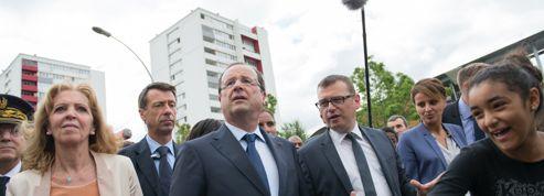 Hollande lance aux banlieues un «message de confiance»