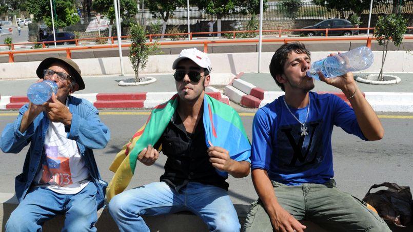 Trois participants au pique-nique contre l'«islamisation», çàTizi Ouzou.
