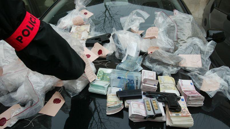 Saisie de drogue, d'armes, de véhicules et d'argent liquide appartenant à les trafiquants à Versailles, en 2003.