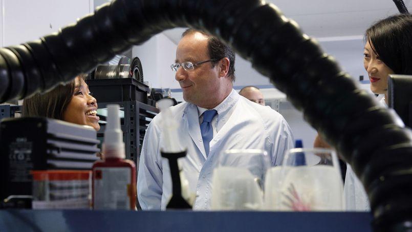 François Hollande, ce jeudi, lors de la visite de l'entreprise iXBlue à Marly-le-Roi, en compagnie de Fleur Pellerin (à droite), ministre déléguée aux PME, à l'innovation et à l'Économie numérique.