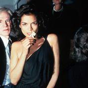 Bianca Jagger porte une robe Halston