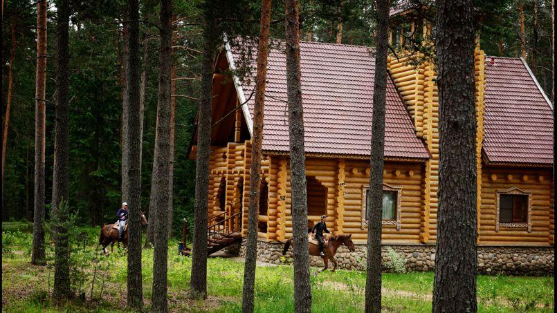 La résidence Ozenaya offre au voyageur de belles et vastes isbas traditionnelles sur les rives du lac Peno.