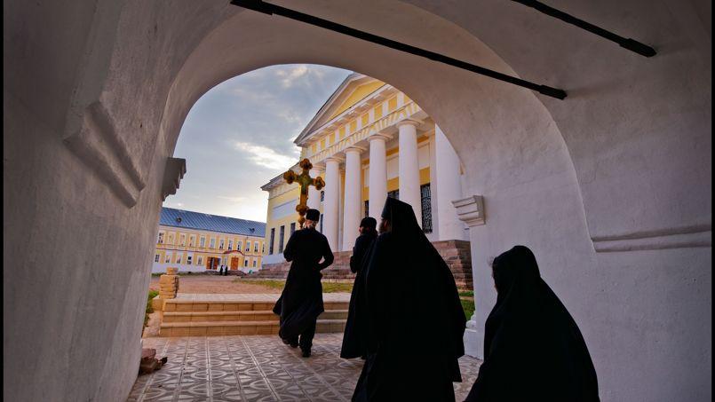 Rien ne peut interrompre la procession silencieuse des moines du monastère de Nilov.