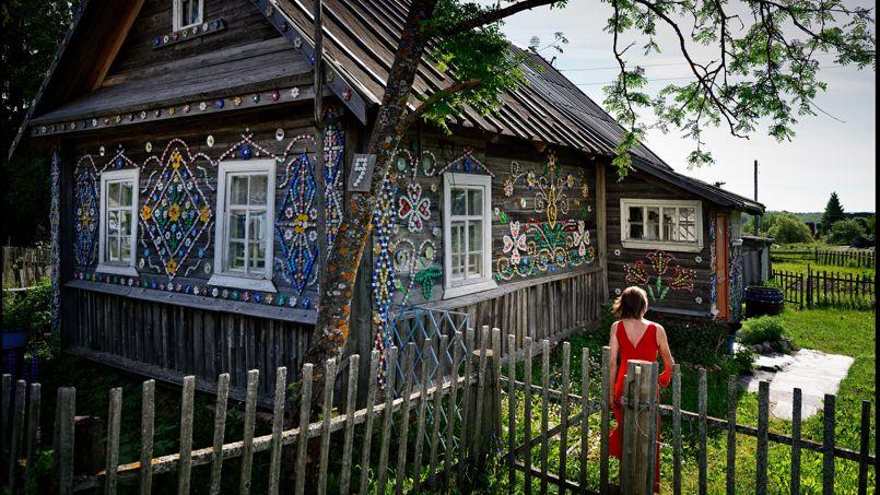 Une villageoise a revisité son isba, la traditionnelle maison en bois russe, en la décorant avec des bouchons de bouteilles.