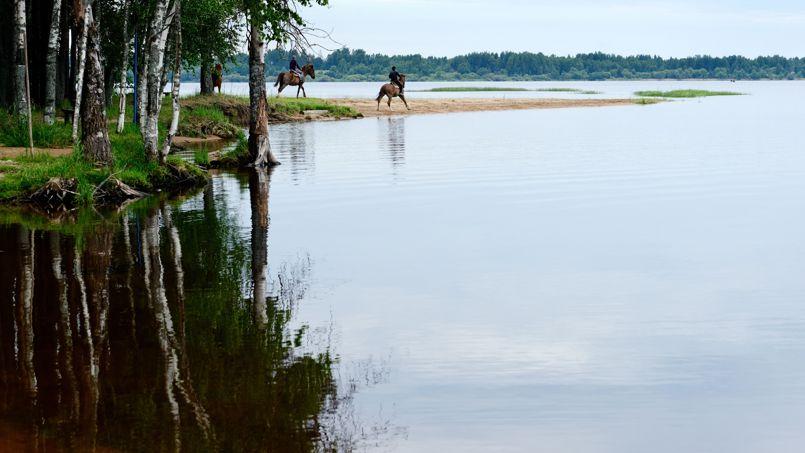 Des cavaliers tadjiks se perdent entre ciel et terre sur les bords du lac Peno.