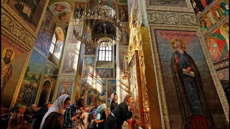 Dans le monastère d'Iversky, la présence de ces fervents fidèles témoigne d'une force vivifiante de l'orthodoxie dans la région.