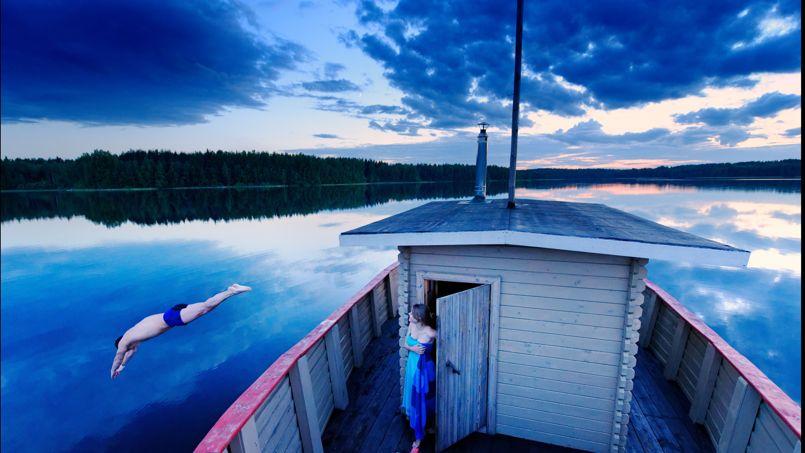 Au moment de l'été, le soleil ne se couche que quelques heures... Minuit l'heure du bain au coeur national du parc du Valdaï.