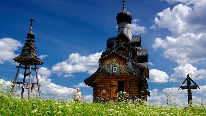 La petite église en bois de la transfiguration de Berezovsky Ryadok, invite le passant à un moment de recueillement.